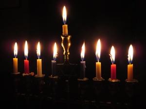 Im Judenturm wird dieses Jahr zwischen dem 12. und 20. Dezember Chanukka gefeiert. In dieser Zeit wird am Chanukka-Leuchter jeden Tag eine weitere Kerze angezündet.
