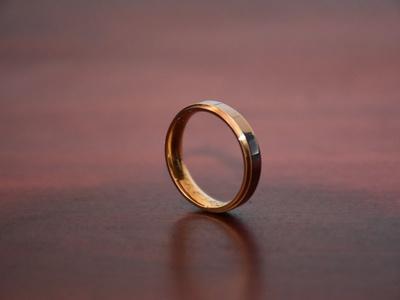 Ring auf neutralem Hintergrund.