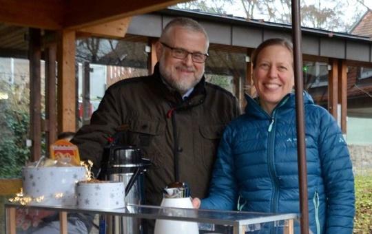 Direktor Andreas Halbig und Barbara Stehmann freuen sich über viele Besucher am mobilen Pausenstand.