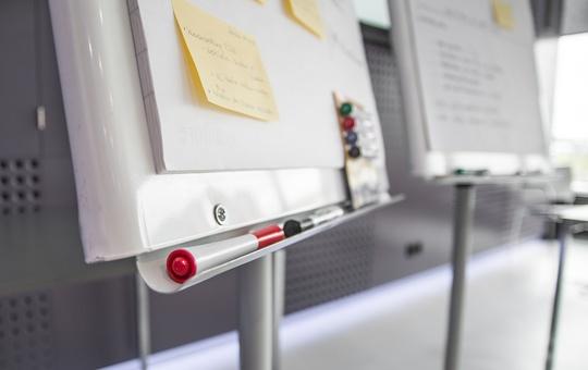 Flipcharts in einem Klassenzimmer