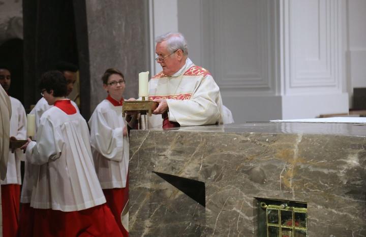 Leerer Altar zu Gründonnerstag im Würzburger Dom
