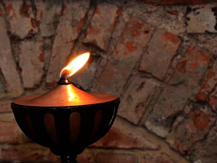 Eine brennende Öllampe