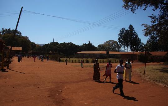 Menschen unterwegs im Partnerbistum Mbinga.