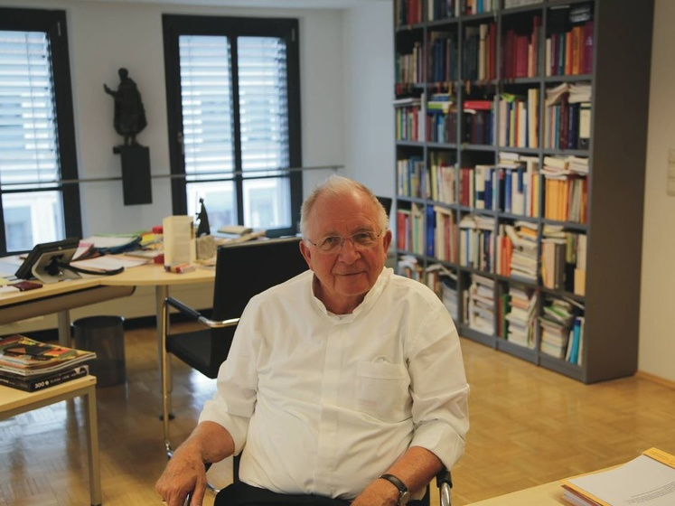 Weihbischof Ulrich Boom in seinem Arbeitszimmer