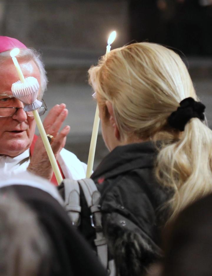 Bischof Friedhelm Hofmann spendet den Blasiussegen