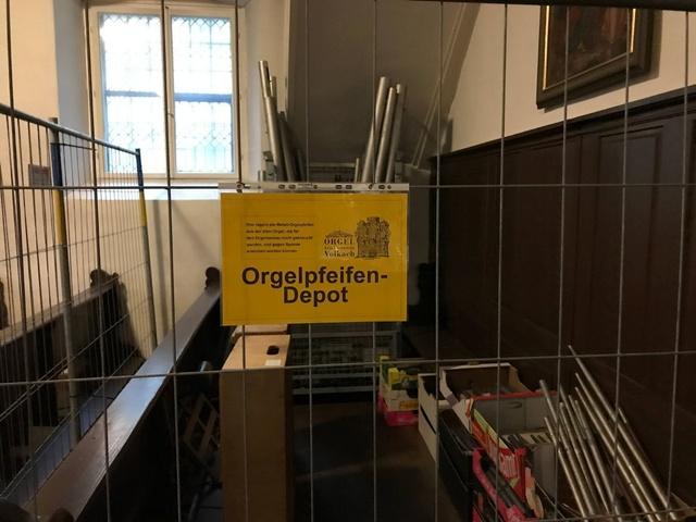 Die drapierten Orgelpfeifen können gegen eine Spende erworben werden.